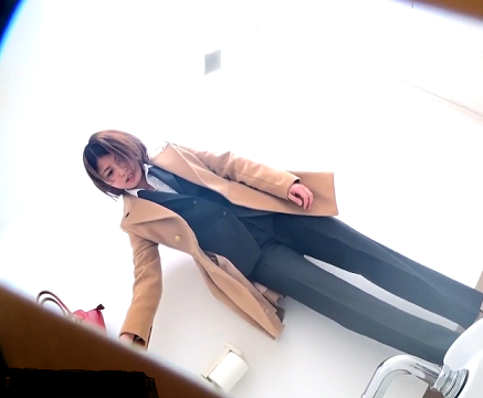 【女子トイレ排便動画】こんな可愛い子が長いウンチをしている様子を見れるなんてwww